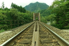 Järnvägbro och spår Arkivbild