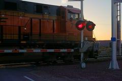 JärnvägCrossing på natten Royaltyfria Foton