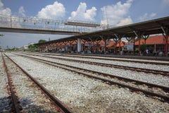 Järnvägen är en rutt för transportering av gods och av passagerare arkivfoto