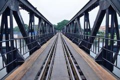 Järnvägen överbryggar över floden Kwai i thailand. Royaltyfri Bild