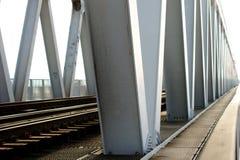 Järnvägen överbryggar arkivfoton