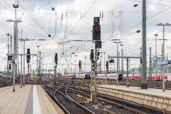 Järnvägen av drevet med trafikljus av den Frankfurt strömförsörjningen Statio Royaltyfri Bild