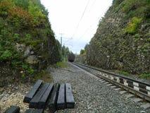 Järnvägen efter ett regn arkivbilder