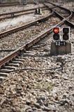 Järnvägen fodrar med vaken rött ljus Royaltyfri Foto