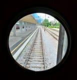 Järnvägen från drevfönstret arkivbilder