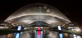 Järnvägen posterar Liege Guillemins på natten Fotografering för Bildbyråer