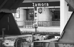 Järnvägen posterar med fraktvagn Royaltyfria Bilder