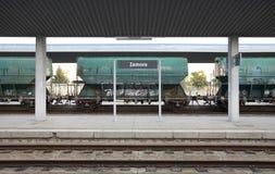Järnvägen posterar med fraktvagnar och stänger Royaltyfri Bild
