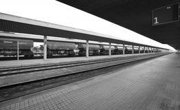 Järnvägen posterar med fraktvagnar och stänger Royaltyfri Fotografi