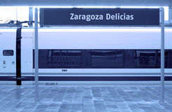 Järnvägen posterar med signposten och snabb vagn. Royaltyfria Bilder
