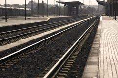 Järnvägen posterar på solnedgången Royaltyfria Bilder