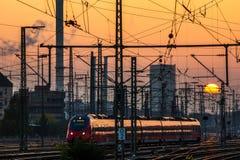 Järnvägen posterar på solnedgången Arkivbilder