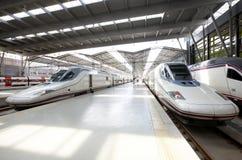 Järnvägen posterar plattformar med 3 snabba drev Arkivfoton