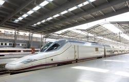 Järnvägen posterar plattformen med ett snabbt drev Royaltyfri Foto