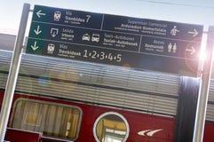 Järnvägen posterar. Tvåspråkig personspanjor-vasquesignpost Arkivbild