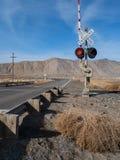 Järnvägkorsning i den Nevada öknen Arkivbilder