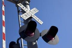 Järnvägkorsningen undertecknar - skevt meta Arkivbilder