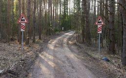 Järnvägkorsningen undertecknar in mitt av skogen Fotografering för Bildbyråer