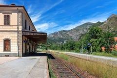 Järnväglastbil och plattform på järnvägsstationen Arkivbild