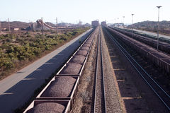 Järnväglastbilar som laddas med järnmalm Sydafrika Arkivbild