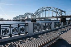 Järnvägsbro över Daugava i Riga Arkivbilder