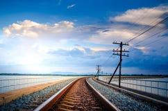 Järnvägsbro över floden och Beutifull den blåa himlen Arkivbilder