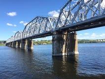 Järnvägsbro över floden Volga i Ryssland Arkivfoton