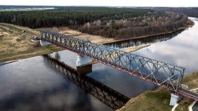 Järnvägsbro över flodflygfotograferingen med ett surr arkivbild