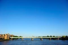 Järnvägsbro över flodThemsen i Putney, London, England, UK Arkivfoto