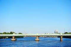 Järnvägsbro över flodThemsen i Putney, London, England, UK Royaltyfria Bilder