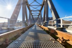 Järnvägsbro i metall arkivfoton