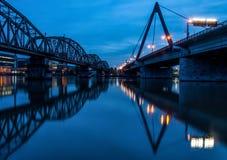 Järnvägsbro- och bilbro på skymning fotografering för bildbyråer
