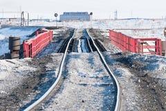 Järnvägsbro och deformering av spåret som byggs på permafrost arkivfoton