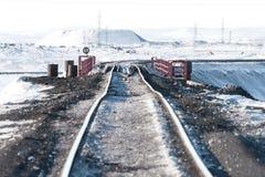 Järnvägsbro och deformering av spåret som byggs på permafrost royaltyfria bilder