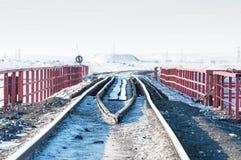Järnvägsbro och deformering av spåret som byggs på permafrost arkivbild