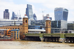 Järnvägsbro och moderna glasade kontorsbyggnader, affärsmitt, London, Förenade kungariket Royaltyfri Bild