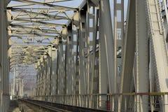 Järnvägsbro - sikt framåtriktat Arkivfoton