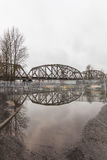 Järnvägsbro som reflekterar i vatten royaltyfria foton