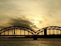 Järnvägsbro till och med Daugava i Riga, Lettland Arkivfoto