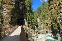 Järnvägsbroar och tunneler på den provinsiella Coquihalla kanjonen parkerar, British Columbia Royaltyfri Foto