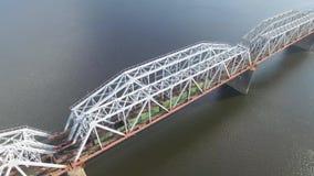 Järnvägsbron som drevet rider på flyg- sikt stock video