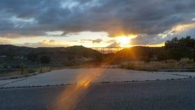 Järnvägsikt inom solnedgången royaltyfri foto