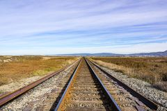 Järnvägspår över marsklan, Alviso, San Jose, södra San Francisco Bay område, Kalifornien arkivfoton