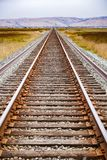 Järnvägspår över marsklan, Alviso, San Jose, södra San Francisco Bay område, Kalifornien royaltyfri fotografi