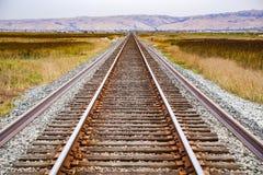 Järnvägspår över marsklan, Alviso, San Jose, södra San Francisco Bay område, Kalifornien fotografering för bildbyråer