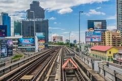 Järnvägspår av BTS till och med Bangkok kollektivtrafik Arkivbilder