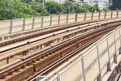 Järnvägspår av BTS till och med Bangkok kollektivtrafik Arkivbild