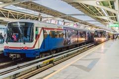Järnvägspår av BTS till och med Bangkok kollektivtrafik Royaltyfria Foton