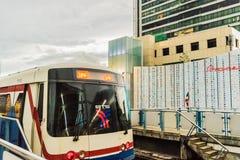 Järnvägspår av BTS till och med Bangkok kollektivtrafik Arkivfoton