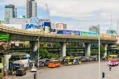 Järnvägspår av BTS till och med Bangkok kollektivtrafik Thailand Arkivbilder